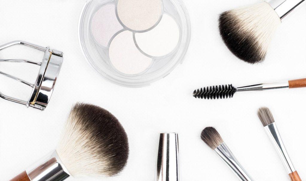 Coiffure et maquillage pour mariage d'époque