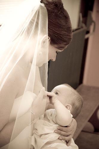 Allaiter en robe de mariée