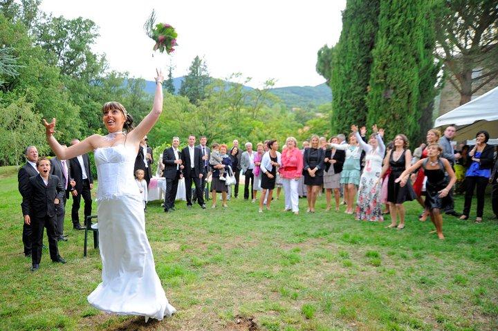 tradition de lancer bouquet de mariee