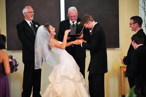 Cérémonie mariés rire