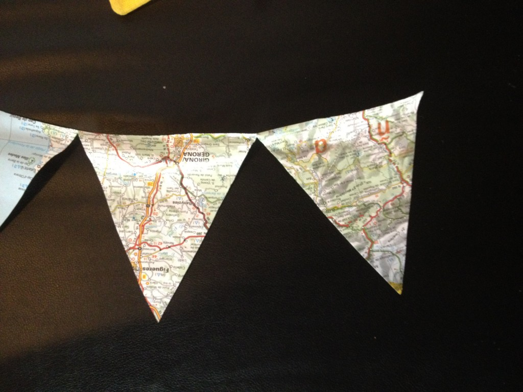 banderole de fanions fabriqués avec des cartes routières atlas