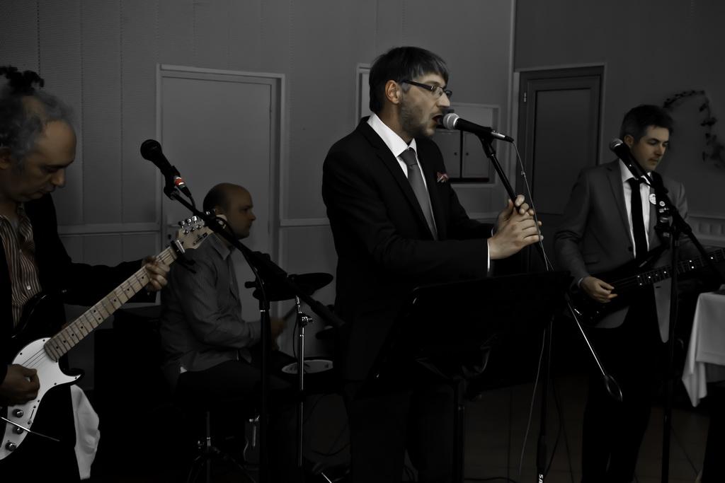 le marié chante pour la mariée