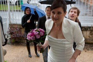 haie de parapluies pour la mariée mariage pluvieux