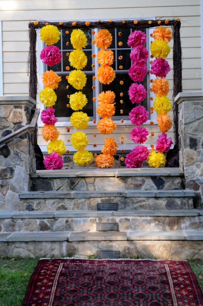 décor cérémonie mariage avec pompons