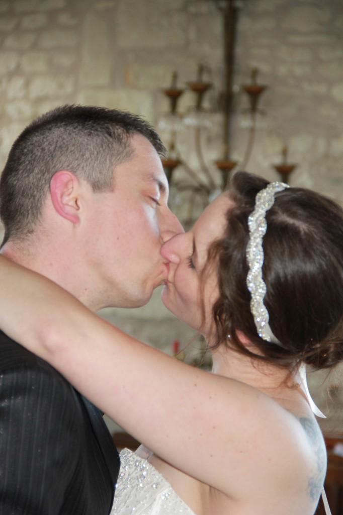 Mariage participatif baiser des mariés
