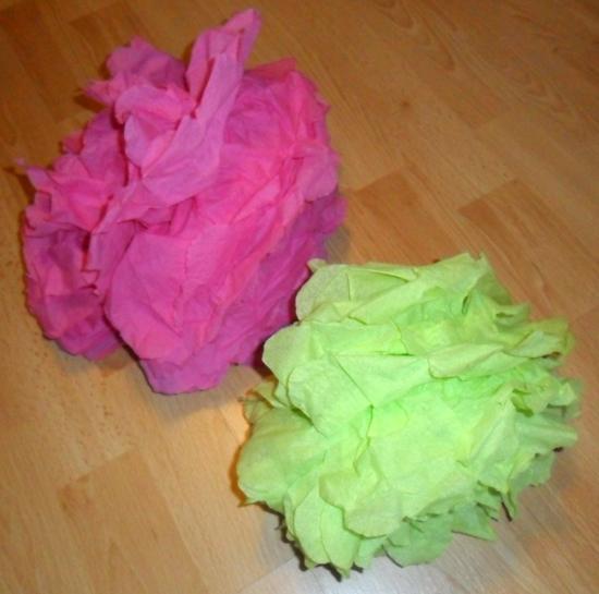 Pompons papier de soie fait avec des serviettes en papier