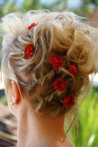 coiffure mariée roses rouges