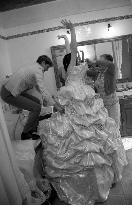 enfiler la robe de mariée
