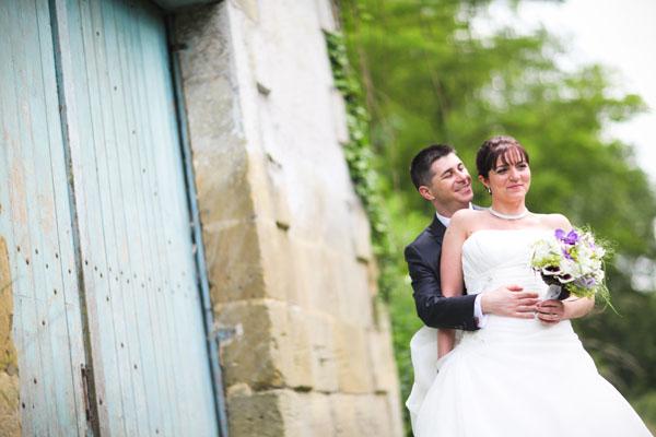 Mariage pluvieux mauve mariés