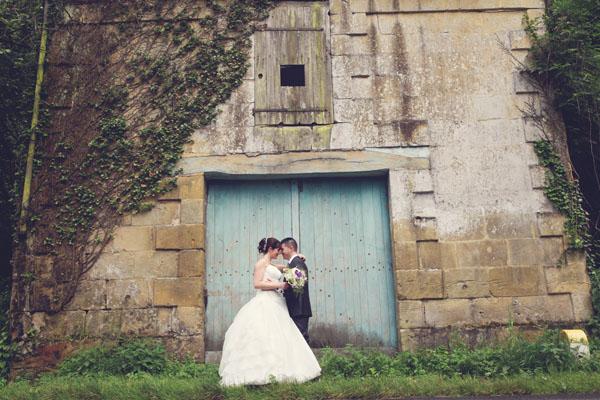 Un mariage pluvieux et heureux, blanc et mauve