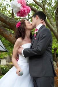 Mariage rose et blanc baiser des mariés