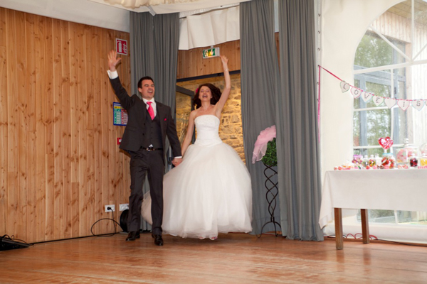 Mariage rose et blanc entrée des mariés