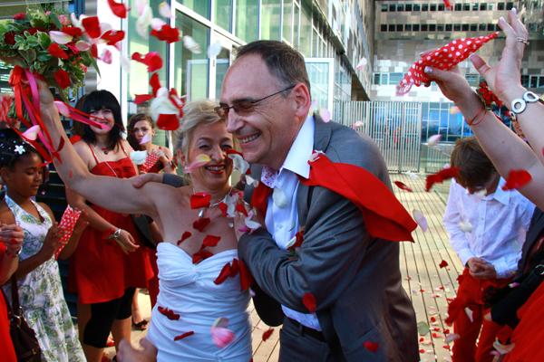 mariage rouge et blanc sortie mairie