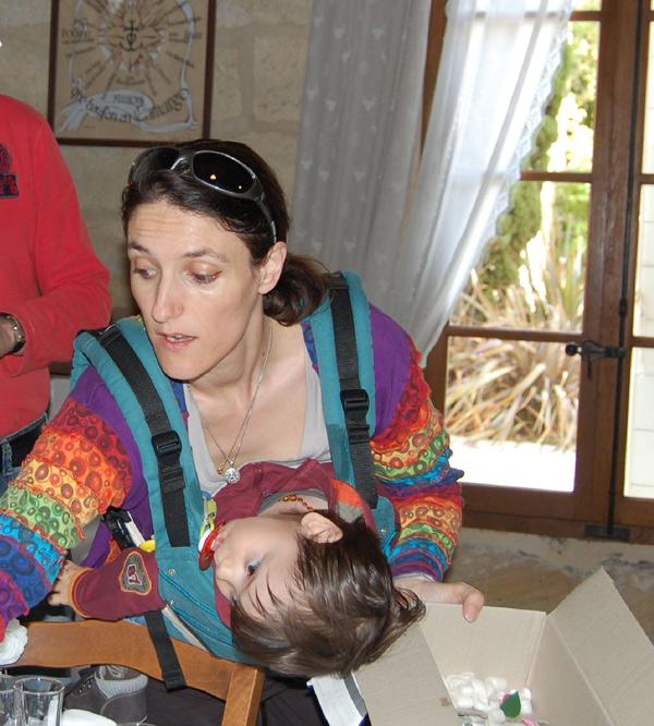 Préparatifs mariage avec bébé dans porte-bébé