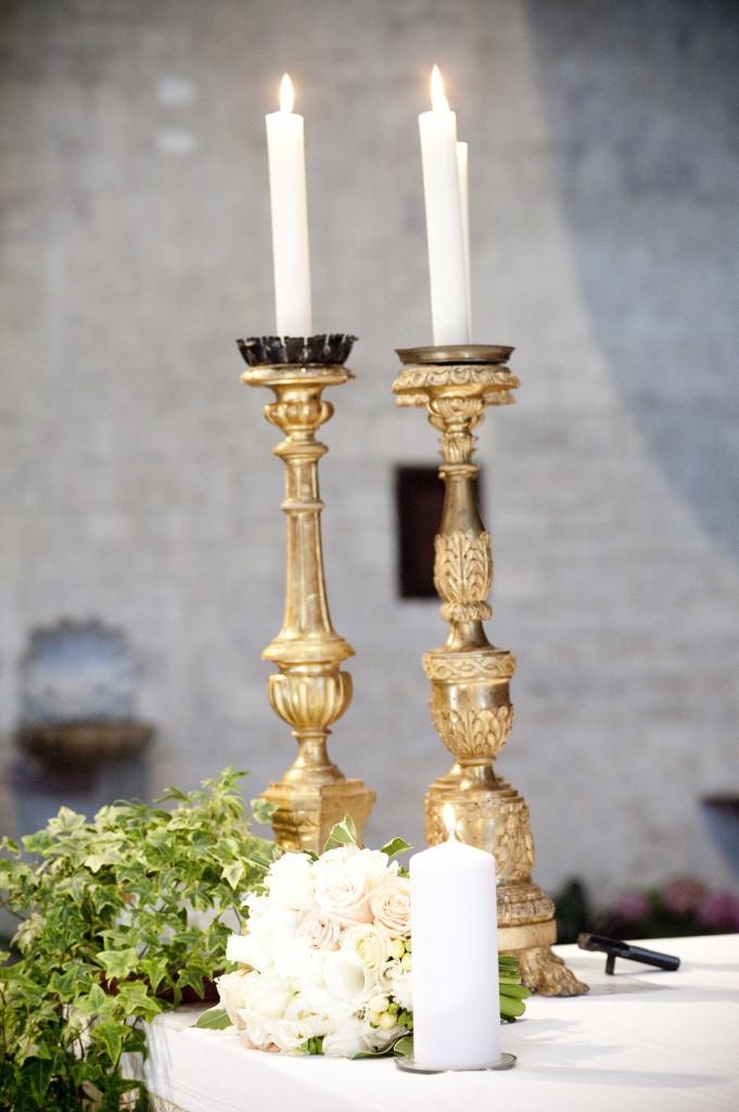 Allumer bougies pendant cérémonie pour rappeler les disparus