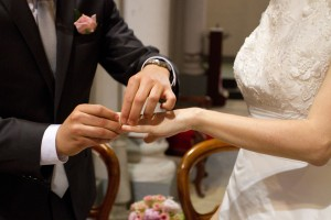 mariage rose et blanc échange alliances