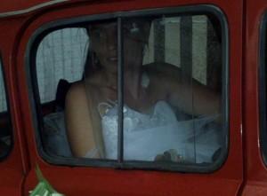 Mariée monte dans voiture des mariés 4L