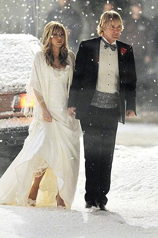 mariés sous la neige avec chaussures ouvertes
