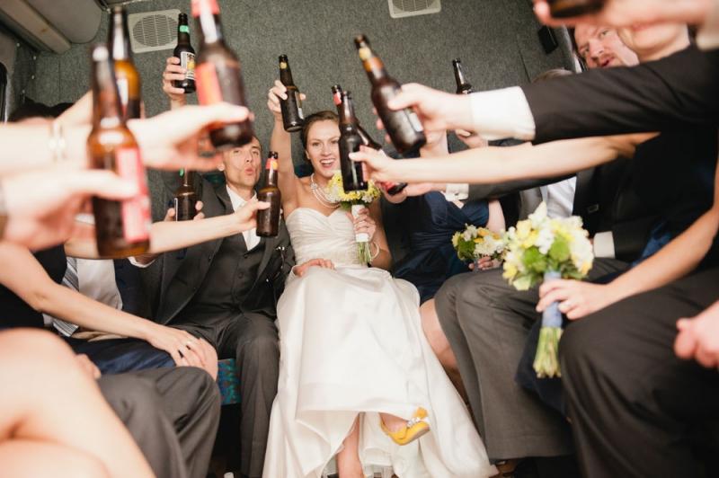 mariés trinquent bière