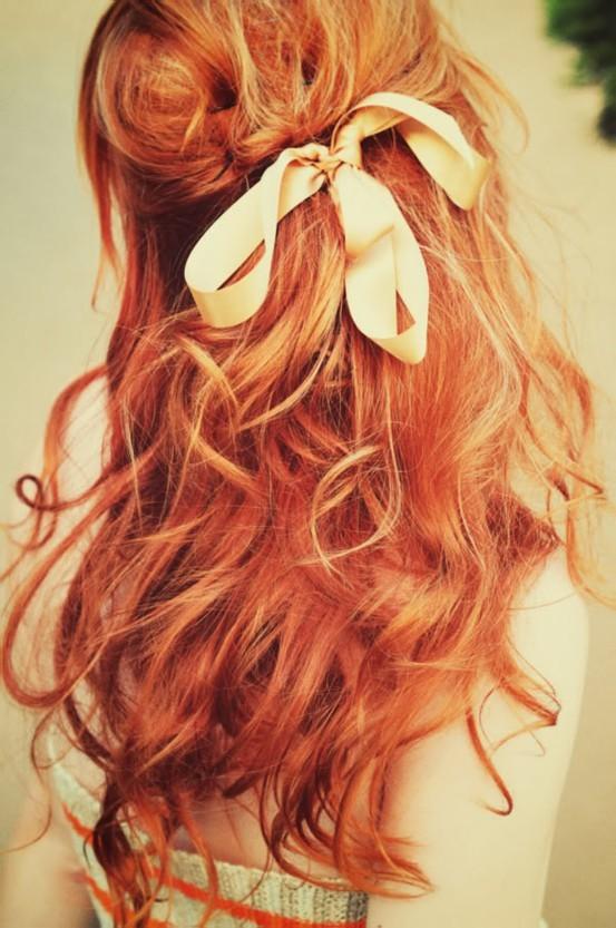 cheveux roux et ruban