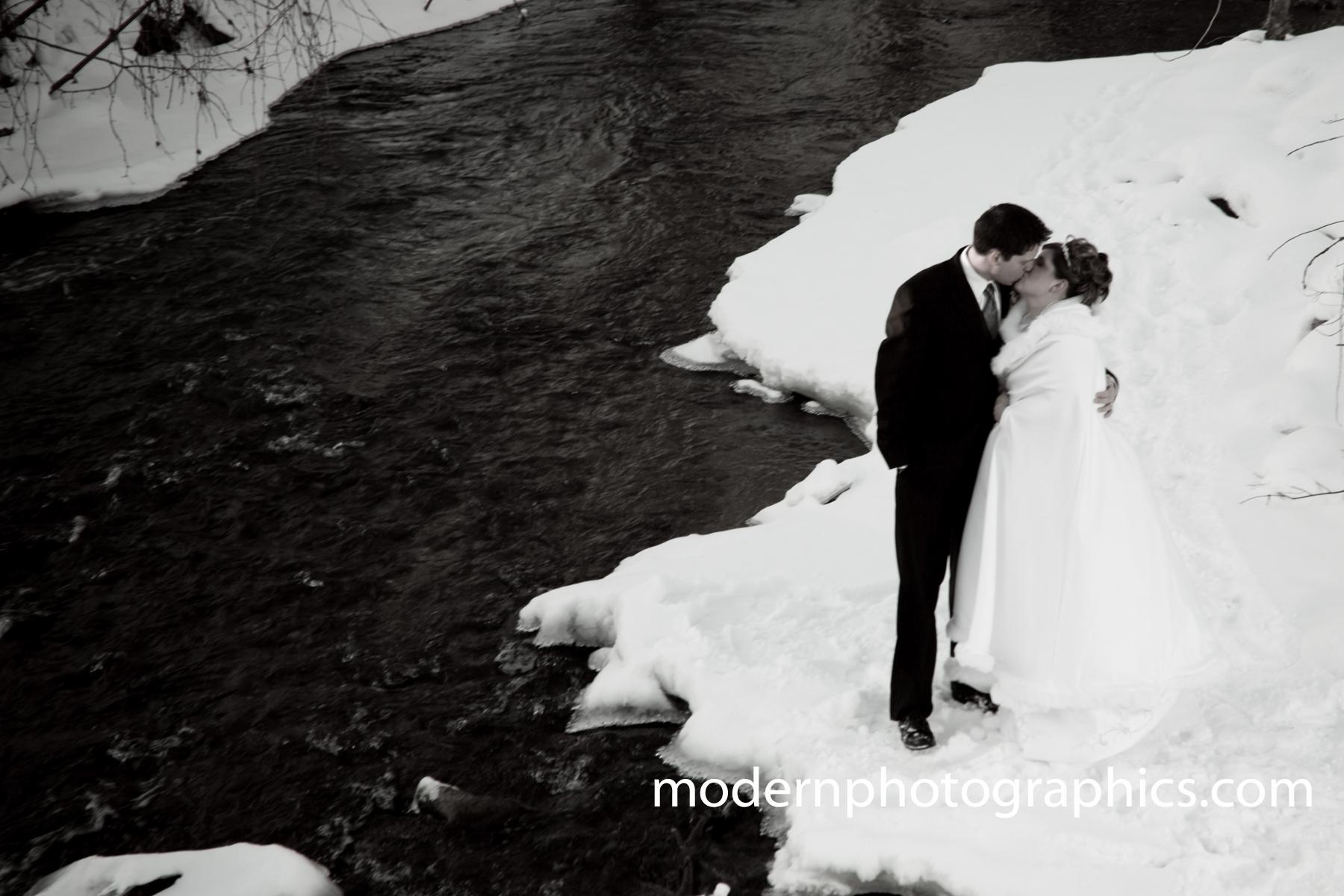 mariés neige rivière