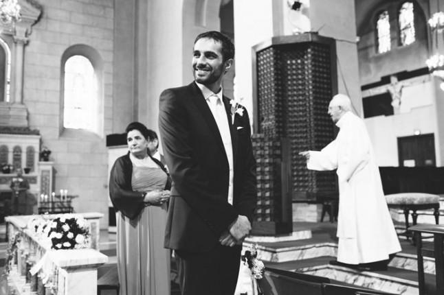 le mariée attend à l'autel