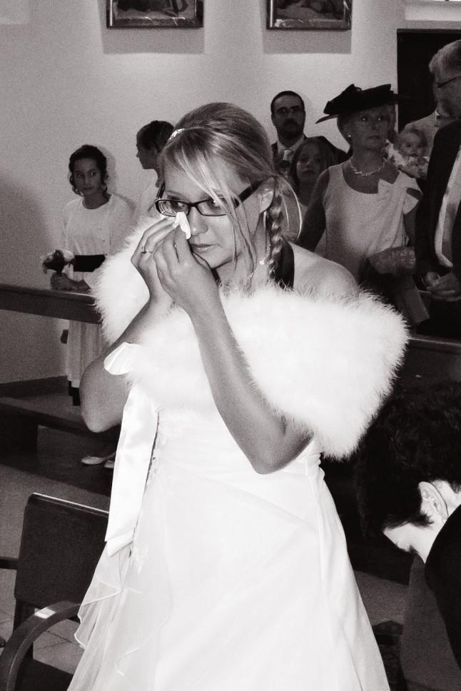 mariée émue pleurant