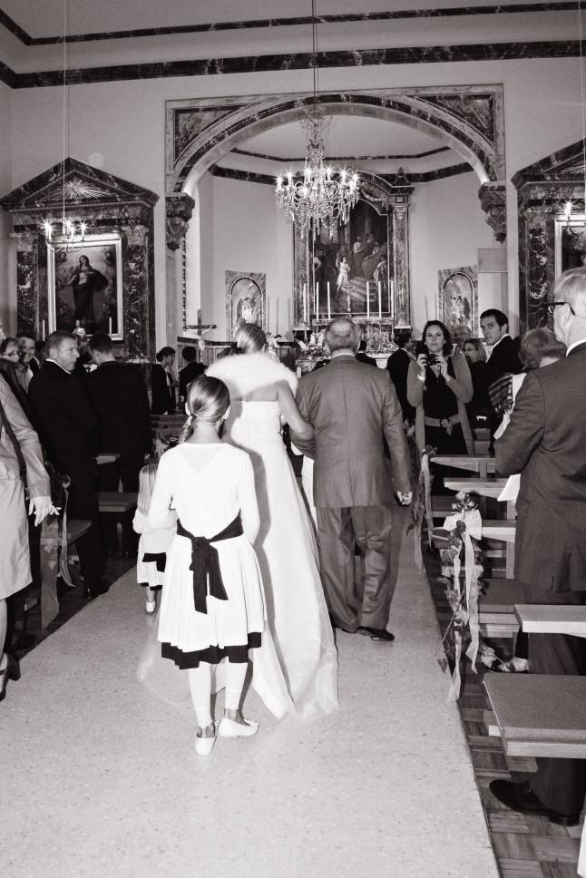 la mariée remonte l'allée centrale de l'église