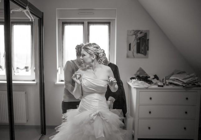 habillage de la mariée : laçage de la robe