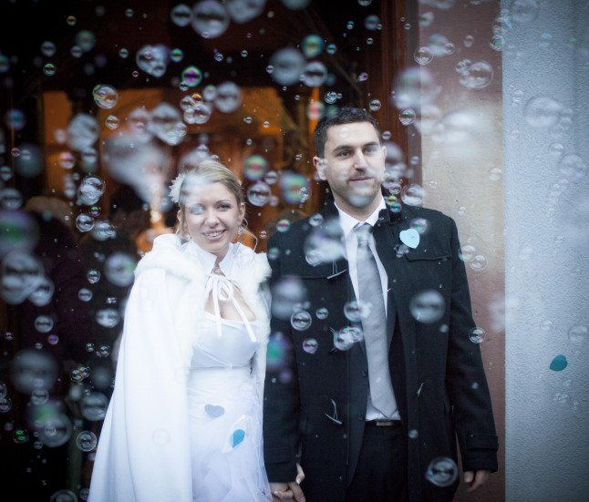 sortie de l'église des mariés bulles