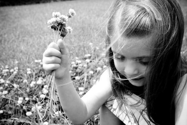 fillette cueillant des fleurs