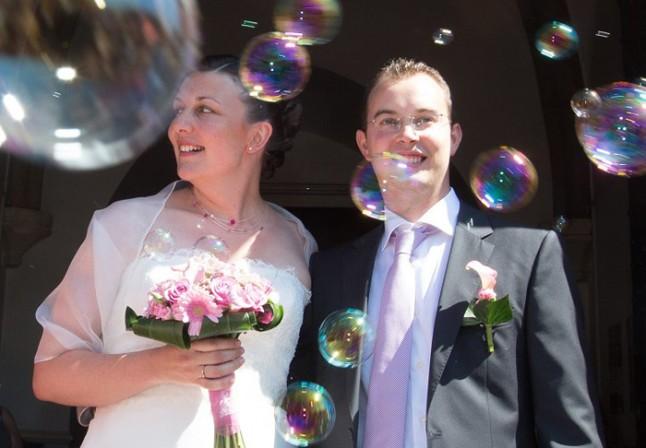mariage couleur rose sortie d'église bulles