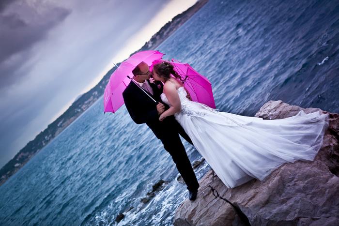Mariage rose et blanc entre pluie et soleil