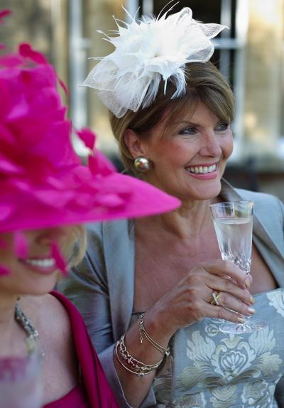 Des v tements pour les m res des mari s mademoiselle for Robes violettes plus la taille pour les mariages