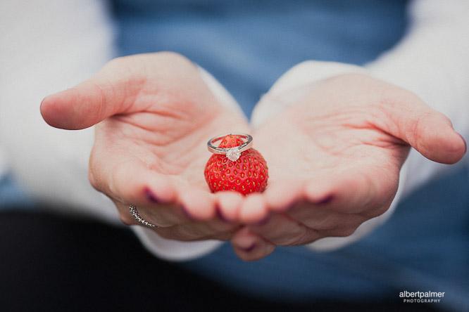 fraise et bague de fiançailles