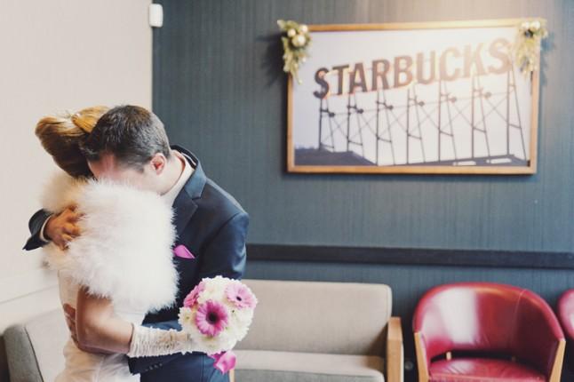 mariage surprise à Lyon - les mariés enlacés