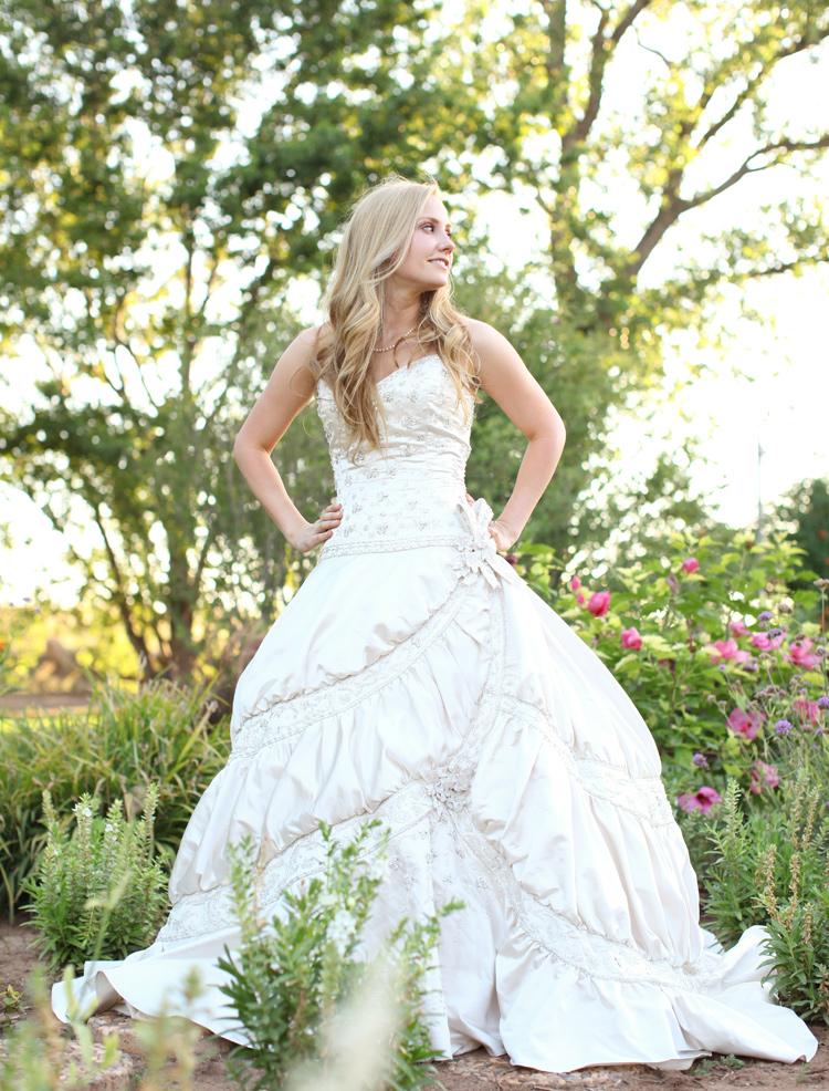 mariée dans un jardin