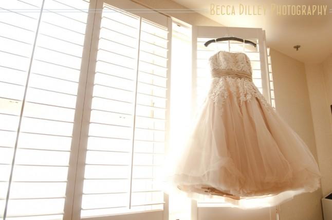robe de mariée accrochée à la fenêtre