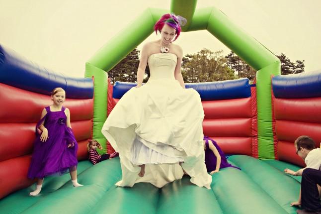 mariée saute trampoline avec enfants