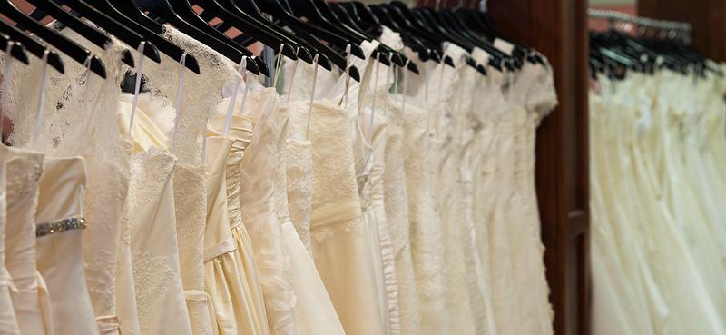 portant robes de mariées