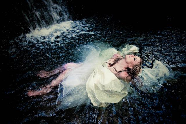 Trash the Dress dans l'eau