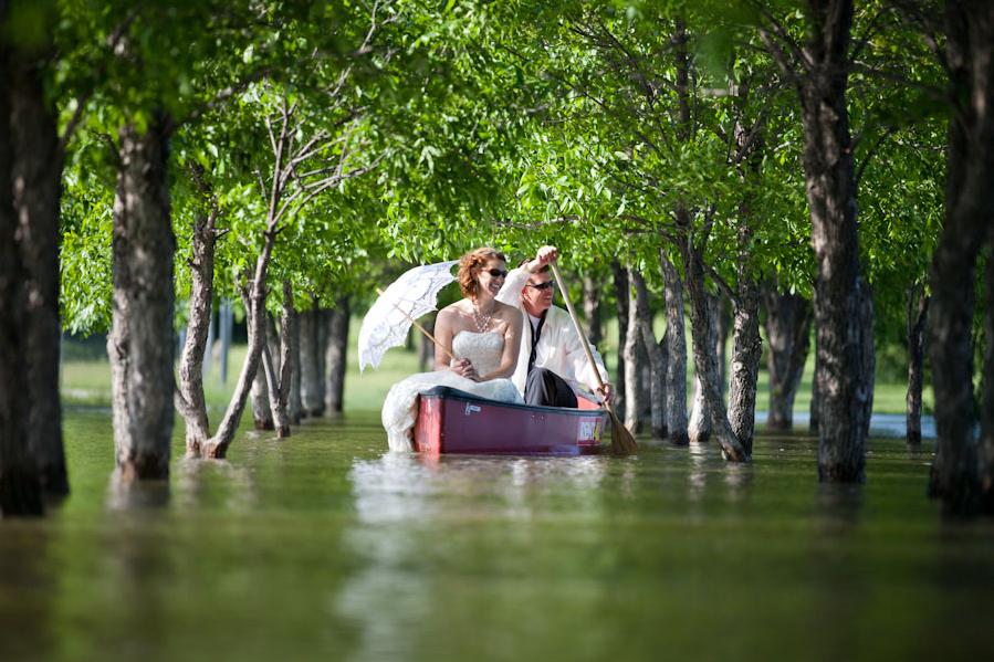 mariés dans une barque
