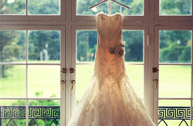 robe de mariée suspendue