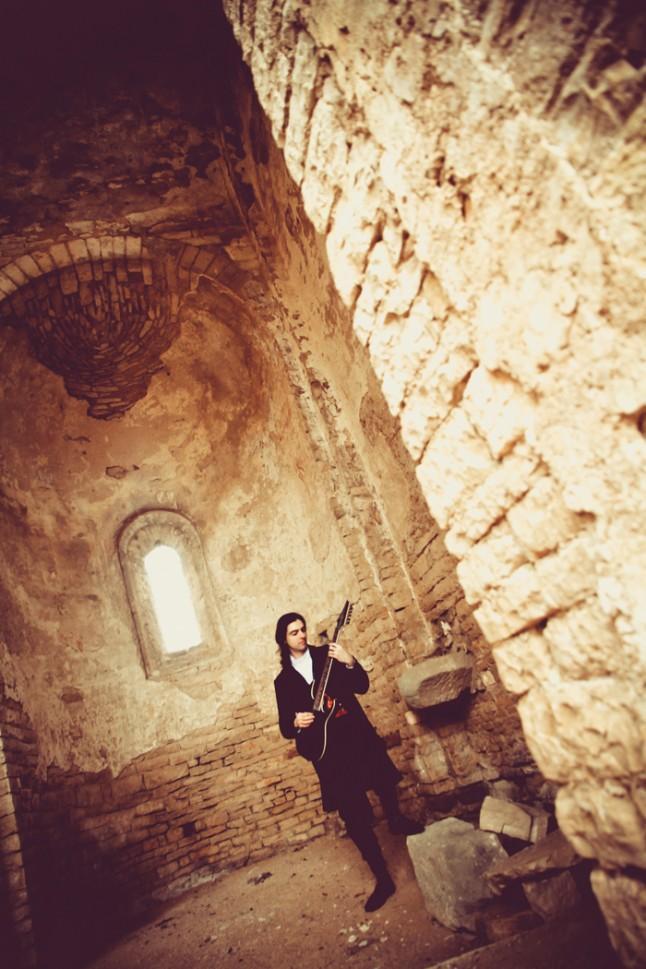 tenue médiévale ruines guitare électrique