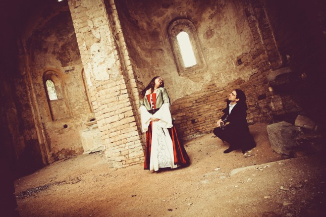 photo de couple mariage médiéval église en ruines guitare