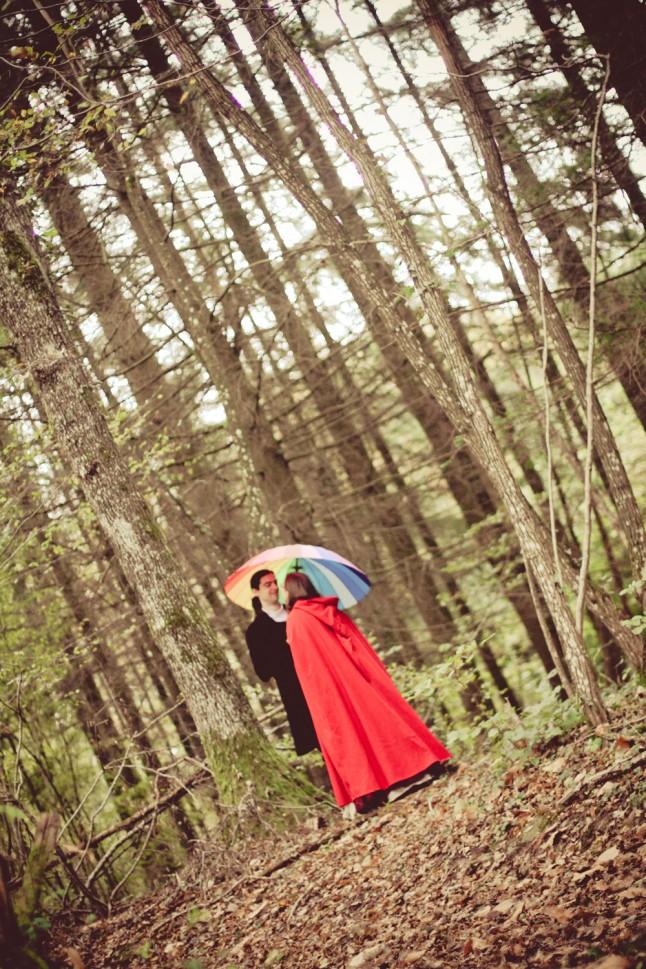 photos de couple mariage médiéval forêt parapluie multicolore