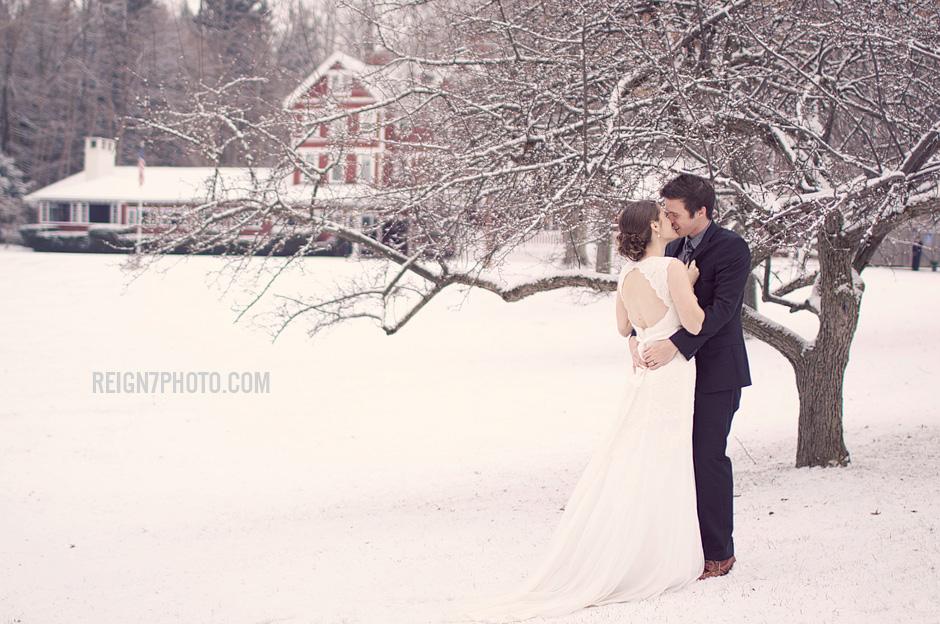 mariage en hiver sous la neige photo de couple