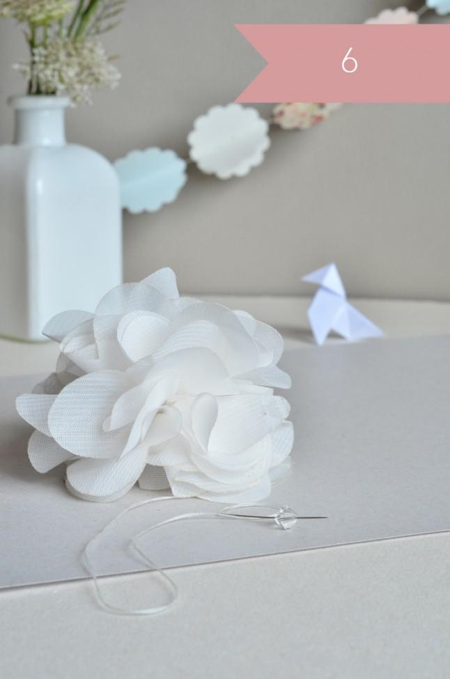 Pose des perles au centre de la fleur pompon