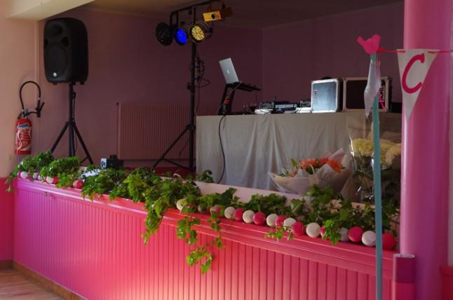 déco scène DJ mariage blanc et rose