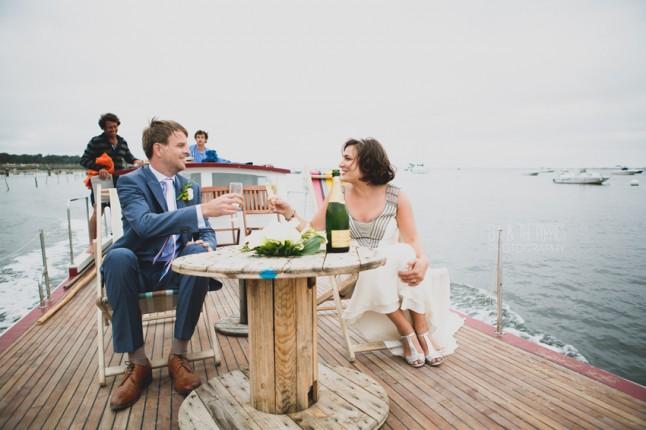 mariés en bateau champagne mariage au Cap Ferret